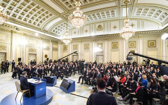 지난달 10일 문재인 대통령의 신년 기자회견이 열린 청와대 영빈관의 모습. 이날 행사에는 내외신 기자 200여 명이 참여했다. [청와대사진기자단]