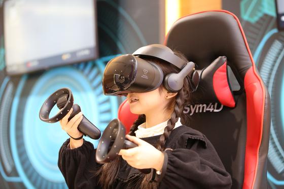 고글형 VR 장치를 쓰고 임청각 관련 시범 체험을 하는 어린이. [사진 경상북도문화콘텐츠진흥원]