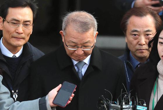 양승태 전 대법원장이 지난달 23일 오후 서울중앙지법에서 영장심사를 마치고 검찰차량으로 이동하고 있다. 최승식 기자