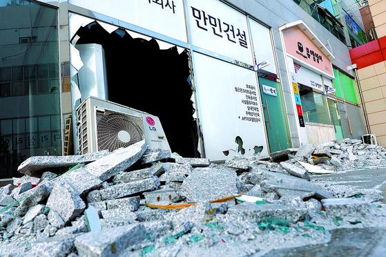2018년 2월 11일 오전 포항에 2017년 규모 5.4 지진의 여진(규모 4.6)이 발생해 북구 장량동 건물 일부가 파손됐다. [뉴스1]