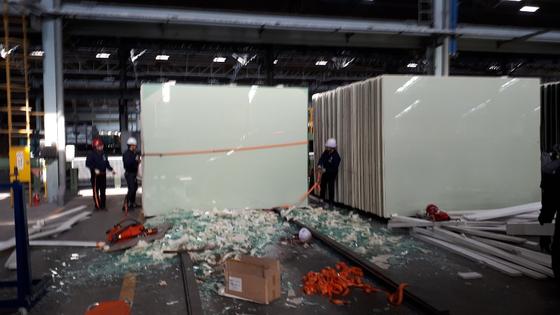 11일 오전 KCC여주 공장에서 대형 유리판이 50대 근로자를 덮쳐 이 근로자가 숨지는 사고가 발생했다. [사진 경기도소방재난본부]