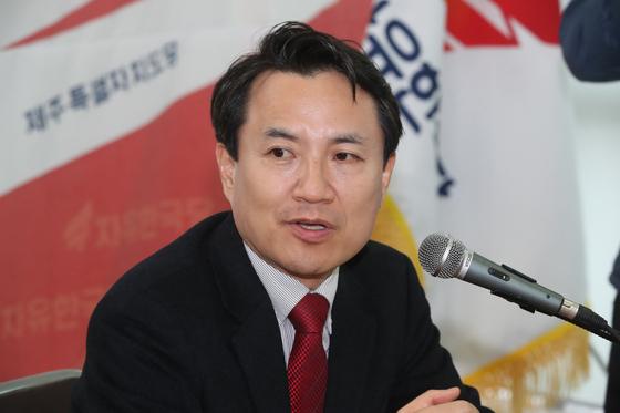 자유한국당 당권 도전에 나선 김진태 의원이 11일 오후 제주시 도남동 자유한국당 제주도당사에서 당원들과 간담회를 하고 있다. [뉴스1]
