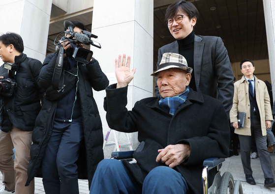 지난해 10월 30일 서울 서초구 대법원에서 강제징용 피해자인 이춘식 할아버지가 승소 판결을 받은 뒤 손을 흔들고 있다. 김상선 기자