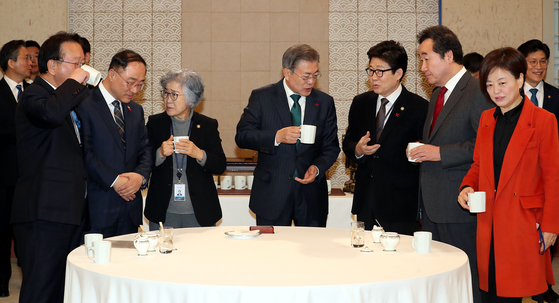 문 대통령, 국무회의 참석 지난달 22일 문재인대통령이 청와대에서 열린 국무회의에 앞서 참석자들과 의견을 나누고 있다. [중앙포토]