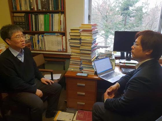 장하준 케임브리지대 교수가 연구실에서 김성탁 특파원과 인터뷰를 하고 있다.
