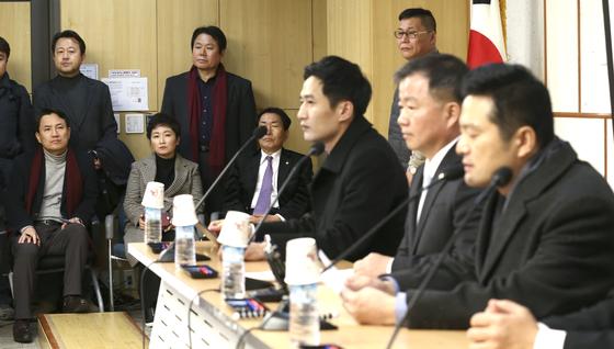 청와대 특별감찰반 비리 의혹을 제기한 김태우 전 수사관(오른쪽)이 10일 오후 서울 여의도 국회의원회관에서 기자회견을 하고 있다. 김진태 자유한국당, 이언주 바른미래당, 안상수 자유한국당 의원(왼쪽 아래부터), 김용남 전 자유한국당, 정양석 자유한국당 의원(왼쪽 윗)이 김 전 수사관의 기자회견을 지켜보고 있다. 임현동 기자