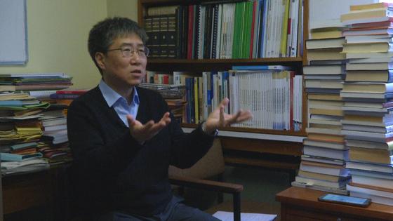 장하준 케임브리지대 교수가 연구실에서 세계 경제 전망과 한국의 대응에 대해 말하고 있다. [케임브리지대=김성탁 특파원]