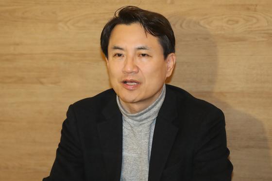 자유한국당 당권 도전에 나선 김진태 의원이 10일 오전 서울 여의도 한 식당에서 기자간담회를 갖고 전당대회 보이콧과 관련해 입장을 밝히고 있다. [뉴스1]