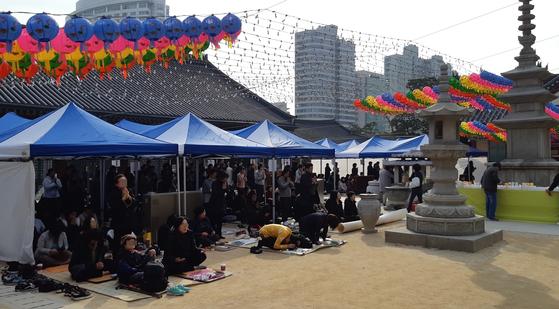 수능시험이 있던 지난해 11월 15일, 서울 봉은사에 많은 학부모가 나와 자녀들을 위해 기도하고 있다. [사진 박헌정]