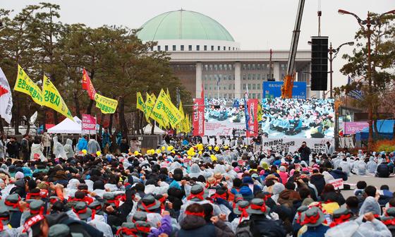 지난해 11월 21일 서울 여의도 국회 앞에서 열린 민주노총 총파업 집회. [연합뉴스]
