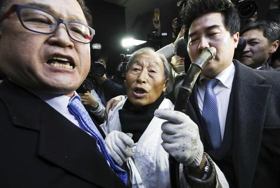 11일 오후 서울 국회 정론관에서 5·18 관련 단체 회원들이 '5·18 폄훼'를 한 자유한국당을 규탄하는 구호를 외치고 있다. [연합뉴스]