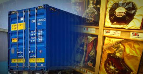 컨테이너 안에 보관 중이던 양주 250박스를 훔친 20대 2명이 경찰에 붙잡혔다. [중앙포토, 연합뉴스]