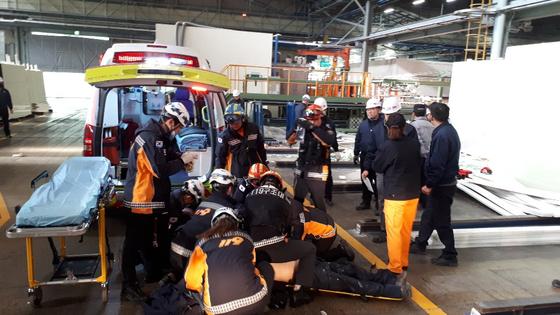 11일 오전 KCC여주 공장에서 대형 유리판에 깔린 50대 근로자를 구조한 소방대원들이 심폐소생술을 하고 있다. [사진 경기도소방재난본부]