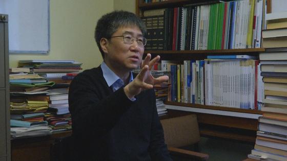장하준 케임브리지대 교수가 연구실에서 세계 경제 전망과 한국의 대응에 대해 말하고 있다. [케임브리지=김성탁 특파원]