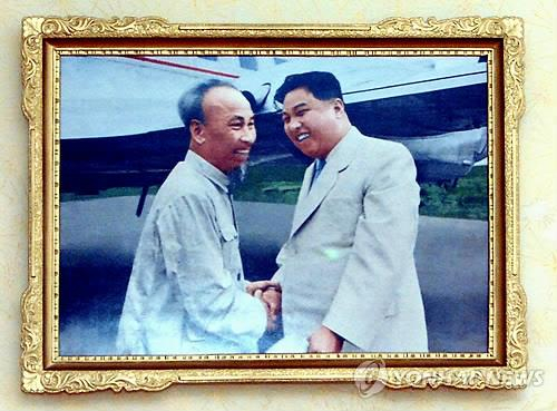 조선중앙통신이 2013년 11월 26일 보도한 북한 김일성 전 주석(오른쪽)이 베트남 호찌민 전 주석을 만나는 모습. 이 사진은 평양 경상유치원 호지명(호찌민)반에 걸렸다. [연합뉴스]