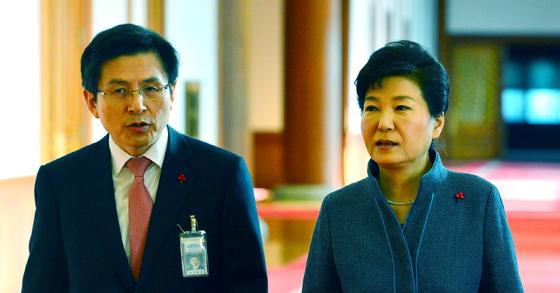 황교안 전 국무총리(왼쪽)와 박근혜 전 대통령의 지난 2017년 2월 5일 국무회의 참석 전 모습. [청와대사진기자단]