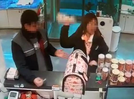 3개월 된 강아지 던진 분양인. [강릉 한 애견분양 가게 제공=연합뉴스]