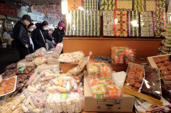 민족 대명절 설을 앞둔 31일 오후 서울 종로구 광장시장을 찾은 시민들이 제수용품 등을 살펴보고 있다. [뉴스1]