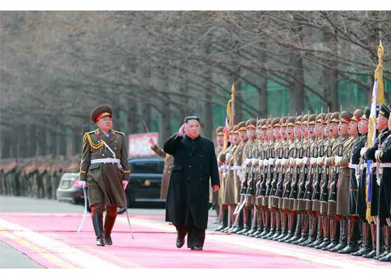 김정은 북한 국무위원장이 8일 인민군 창건 71주년을 맞아 인민무력성을 방문해 군을 사열하고 있다. [사진 노동신문]