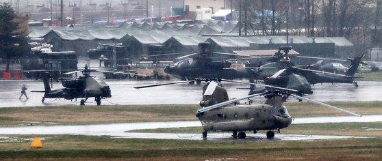 지난해 4월 한·미 연합군사훈련 키리졸브(Keyresolve·KR) 연습 모습. 미8군사령부 캠프험프리스에서 치누크(CH-47), 아파치 롱보우(AH-64D), 아파치(AH-64)헬기가 계류되어 있다. 뉴스1