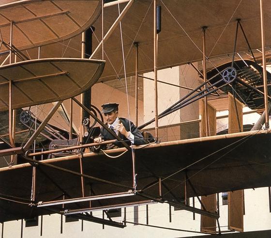 라이트 형제가 발명한 라이트 형제가 발명한 '프라이어 1호기' 조종석. 이 책은 라이트 형제가 미국 정부와 기업이 자신들의 비행기에 시큰둥한 반응을 보이자 1907년 영국, 프랑스 등에 발명품을 팔려 했다는 뜻밖의 이야기를 전하기도 한다. [중앙포토]