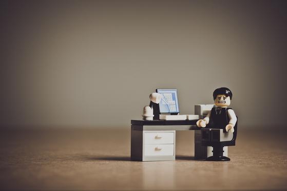 공기업에서 부장으로 일하던 최수철 씨는 명예퇴직을 선택한 자신의 잘못된 의사결정에 대해 너무도 후회하고 있다. [사진 pixabay]