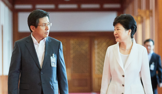 황교안 전 국무총리(왼쪽)와 박근혜 전 대통령. [청와대사진기자단]