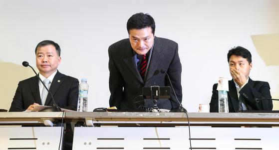 """김태우 전 검찰 수사관(왼쪽)이 10일 국회에서 기자회견을 한 뒤 인사하고 있다. 김 전 수사관은 '대통령의 최측근이 수사받는 (드루킹) 특검 수사상황을 청와대에서 알아보라고 했다""""고 주장했다. [임현동 기자]"""