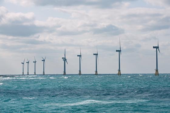 정부가 풍력ㆍ태양광ㆍ수소 등 신재생에너지 정책을 추진하면서 에너지 업계가 수소에너지에 주목하고 있다. UNIST 김건태 에너지및화학공학부 연구진은 수소를 이용한 연료전지 성능 개선 방안을 11일 제시했다. 사진은 한국남동발전과 두산중공업이 제주시 한경면 두모리에서 금등리 해역에 설치한 해상풍력발전단지인, 탐라해상풍력단지. [사진제공=한국남동발전]