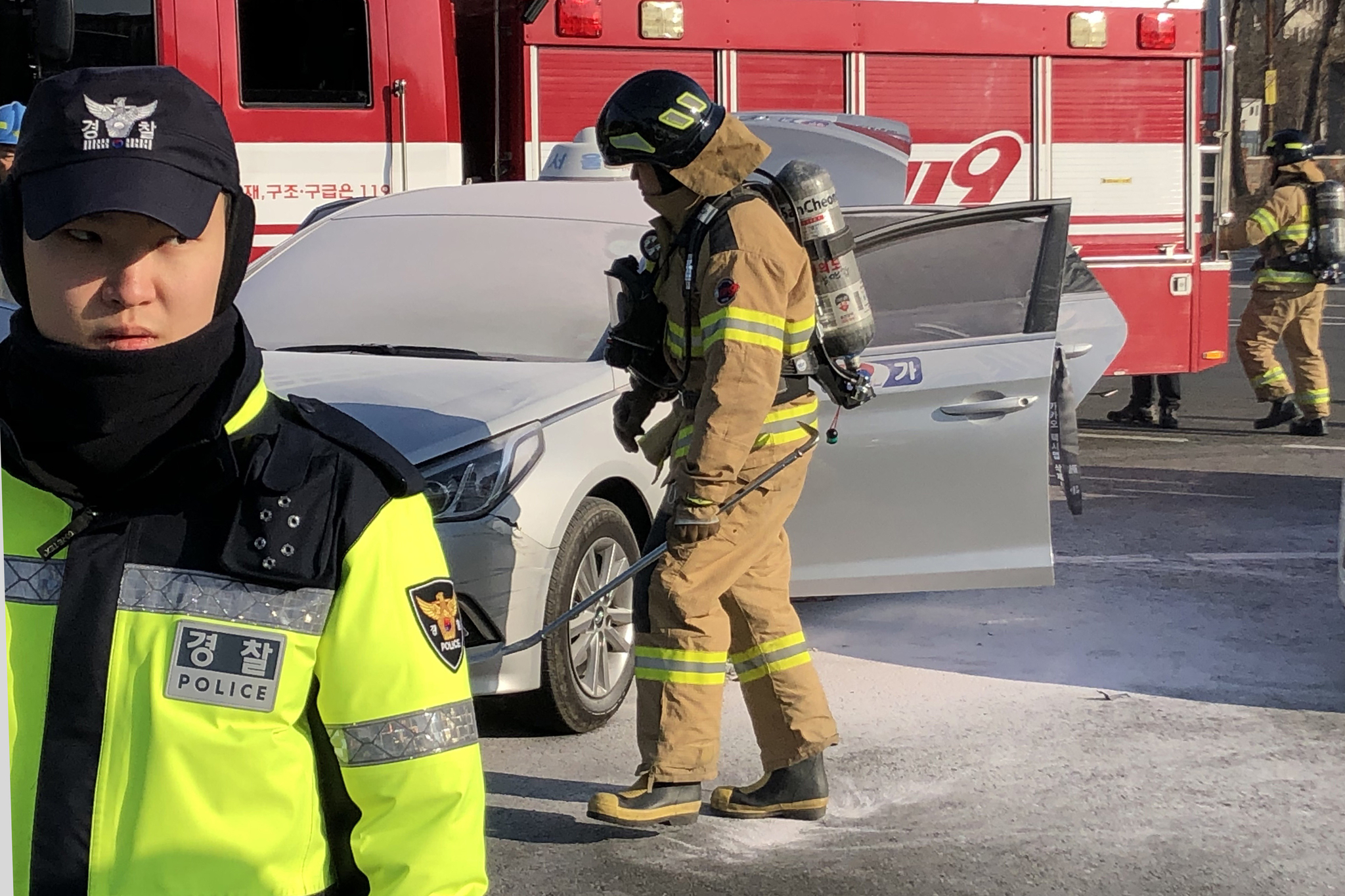 11일 오후 서울 여의도 국회 앞 도로에서 한 택시기사가 분신을 시도했다. [연합뉴스]