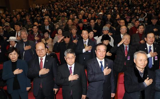 김순례‧이종명 자유한국당 의원, 지만원씨 등 참석자들이 8일 서울 여의도 국회 의원회관에서 열린 5‧18 진상규명 대국민공청회에서 국민의례를 하고 있다. 이날 토론회에서 지만원씨가 '5‧18 북한군 개입 중심으로'란 주제로 발표를 했다. [뉴스1]