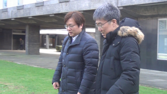 장하준 케임브리지대 교수가 김성탁 특파원과 교정에서 대화를 나누고 있다.