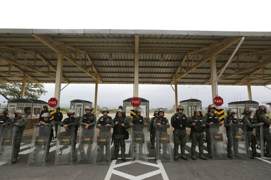 8일 콜롬비아 국경 지대에 베네수엘라 군인들이 바리케이트를 치고 있다. [AP통신]