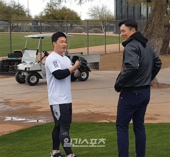오승환(왼쪽)과 이승엽이 지난 11일 kt 전지훈련이 진행 중인 미국 애리조나 투산 키노 스포츠 콤플렉스에서 인사를 나누고 있다.