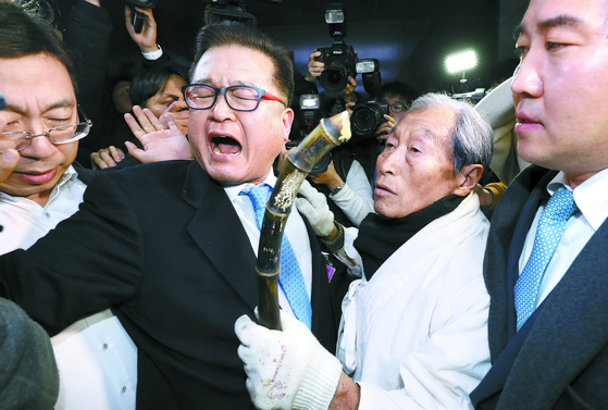 서경원 전 의원(오른쪽 둘째) 등 5·18 관련 단체 회원들이 11일 국회에서 자유한국당에 항의하기 위해 비대위원장실로 이동하던 중 제지를 받고 있다. [뉴스1]