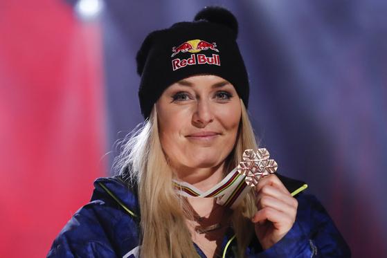 고별경기를 동메달로 장식한 '스키 여제' 린지 본이 메달을 들어보이며 환히 웃고 있다. [AP=연합뉴스]