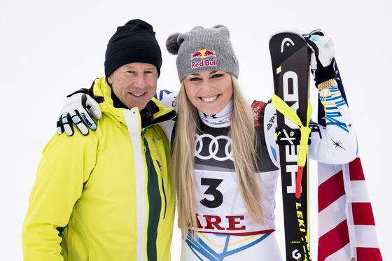 """알파인 스키 최다승(86승)에 빛나는 '스키의 신' 잉에마르크(오른쪽)가 린지 본의 고별 경기 현장을 찾았다. 잉에마르크는 """"빛나는 질주였다""""는 말로 본을 격려했다. [EPA=연합뉴스]"""