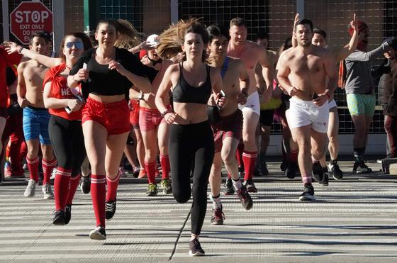 미국 시민들이 9일(현지시간) 큐피드 언디 런 행사에 참가해 속옷 차림으로 거리를 달리고 있다. [AFP=연합뉴스]