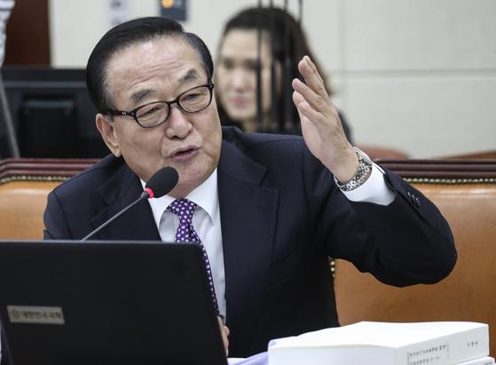 서청원 의원이 8일 국회 국방위원회 전체회의에서 정경두 국방부 장관에게 질의하고 있다. 임현동 기자