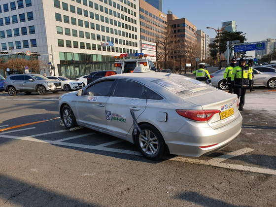 화재 당시 김 씨의 택시 손잡이에는 '카카오 택시앱 삭제!'라고 적힌 검정 색 근조 리본이 묶여 있었다. [목격자 제공]