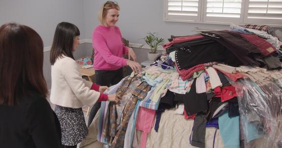 넷플릭스 리얼리티 쇼 '곤도 마리에: 설레지 않으면 버려라'에서 곤도 마리에(왼쪽)가 미국 가정을 방문해 정리를 돕고 있다. [사진 넷플릭스]