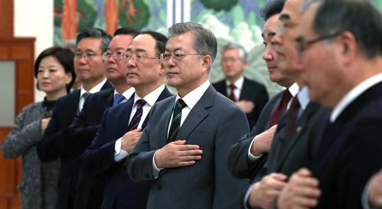 12일 오전 청와대에서 열린 국무회의에 앞서 문재인 대통령(가운데)이 국무위원들과 국민의례를 하고 있다. [청와대사진기자단]