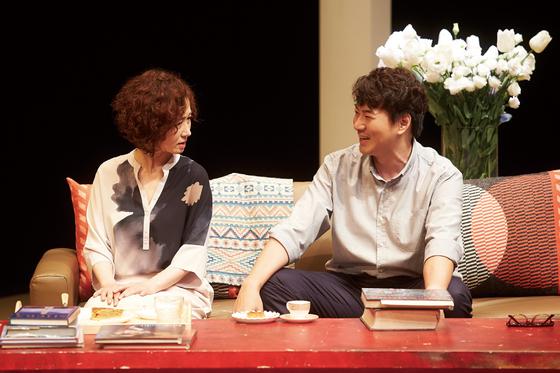 연극 '대학살의 신'. 송일국(오른쪽)은 이지하와 부부로 호흡을 맞춘다. [사진 신시컴퍼니]