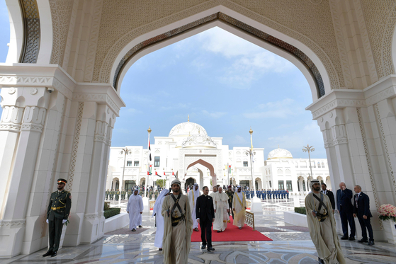 프란치스코 교황이 4일 아부다비의 이슬람 사원을 방문하고 있다. [로이터=연합뉴스]