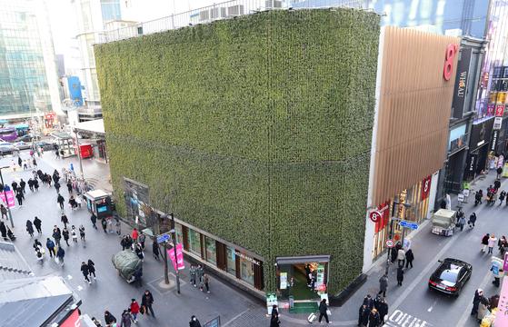 전국에서 가장 비싼 땅인 서울 중구 명동에 있는 화장품 전문점 네이처리퍼블릭 명동점 모습. 뉴스1