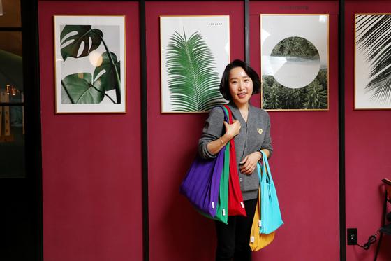 페트병으로 니트 가방을 만드는 '플리츠마마' 왕종미 대표가 서울 마포구 양화로의 사무실에서 자신이 만든 가방을 들고 있다. 우상조 기자