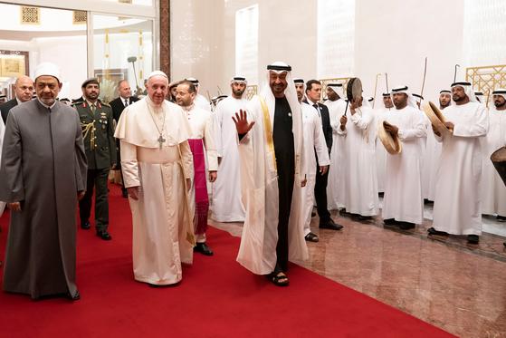 프란치스코 교황이 3일(현지시간) 아랍에미리트(UAE)의 수도 아부다비 국제공항에 도착, 셰이크 무함마드 빈 자이드 알나흐얀 왕세제(앞쪽 오른편)와 이슬람 수니파에서 최고 신학적 권위를 자랑하는 이집트 알 아즈하르 사원의 이맘(이슬람 예배 인도자)인 셰이크 무함마드 엘 타예브 (앞쪽 왼편)의 영접을 받고 있다. [로이터=연합뉴스]