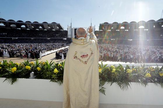 프란치스코 교황이 5일 아부다비의 자이드 스포츠 시티 스타디우메서 열린 미사를 집전하고 있다. [AP=연합뉴스]