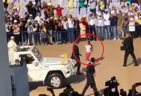 지난 5일(현지시간) 아랍에미리트 아부다비 자이드 스포츠시티 경기장에서 6살 소녀 가브리엘라가 경호원을 제치고 프란치스코 교황에게 뛰어가고 있다. [트위터 캡처]