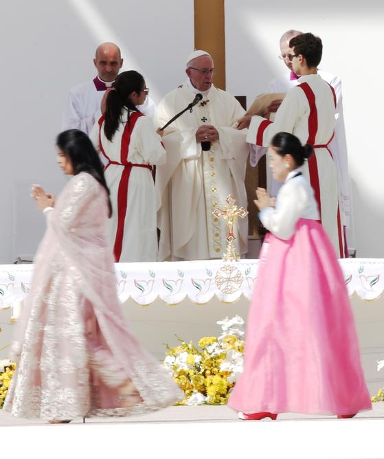 지난 5일 아부다비의 자이드 스포츠 시티 스타디우메서 열린 미사에서 프란치스쿄 교황을 접견하기 위해 한복을 차려 입은 한국인이 포함된 신자들이 이동하고 있다. [EPA=연합뉴스[
